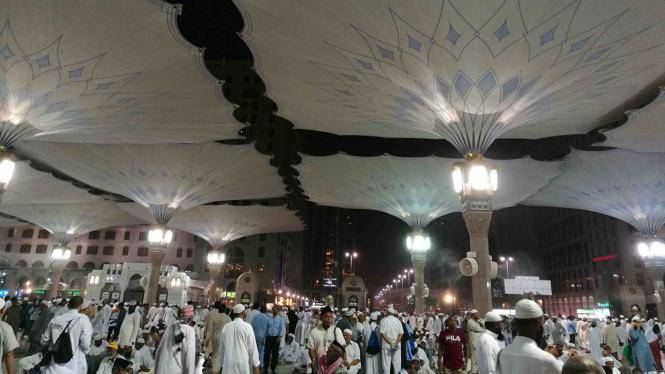 Suasana malam di masjid Nabawi, Madinah