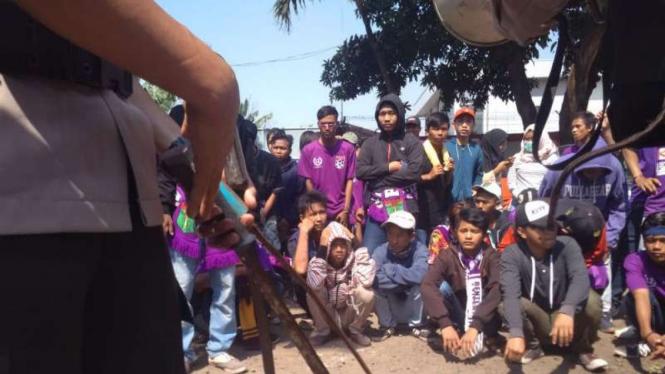 Polisi sita senjata tajam dari suporter Persita Tangerang.