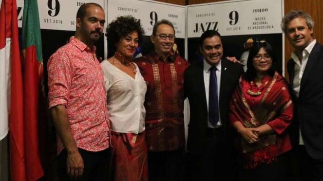 Dwiki Dharmawan (tengah) bersama musisi Portugal dan Dubes RI