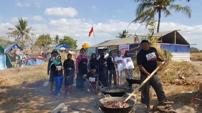 Relawan gempa lombok dengan atribut kaos #2019GantiPresiden
