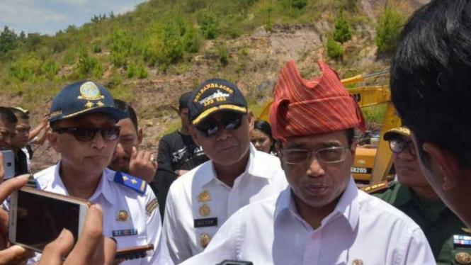 Menteri Perhubungan Budi Karya Sumadi saat meninjau Bandara Buntu Kunik, Tana Toraja, pada Rabu, 12 September 2018.