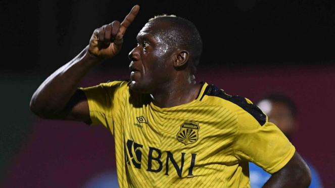 Pesepakbola Bhayangkara FC Herman Dzumafo melakukan selebrasi usai mencetak gol