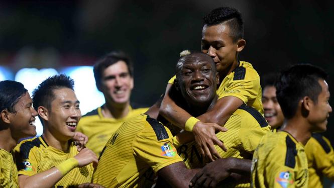 Pesepak bola Bhayangkara FC Herman Dzumafo (ketiga kanan) melakukan selebrasi bersama rekan-rekannya usai mencetak gol