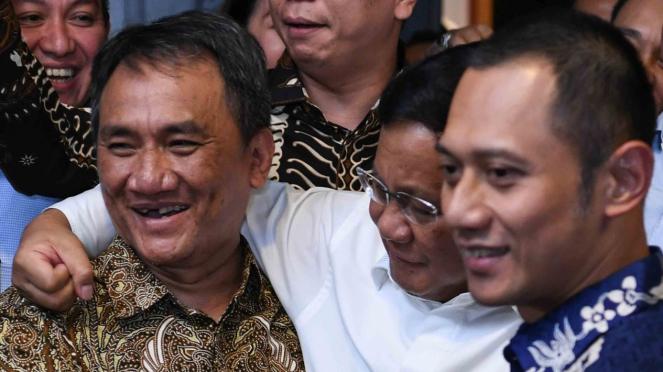 Bakal calon Presiden Prabowo Subianto (tengah) berpelukan dengan Wakil Sekjen Partai Demokrat Andi Arief (kiri) disaksikan Komandan Satuan Tugas Bersama Partai Demokrat Agus Harimuri Yudhoyono (kanan) usai melakukan pertemuan di rumah SBY.