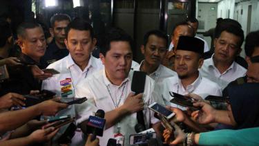 Ketua Tim Kampanye Nasional Koalisi Indonesia Kerja (TKN KIK) Erick Thohir (tengah) menyampaikan keterangan kepada wartawan usai memimpin rapat perdana bersama TKN KIK di Jakarta