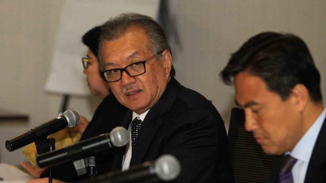 Ketua Dewan Komisioner Lembaga Penjamin Simpanan (LPS) Halim Alamsyah (tengah)