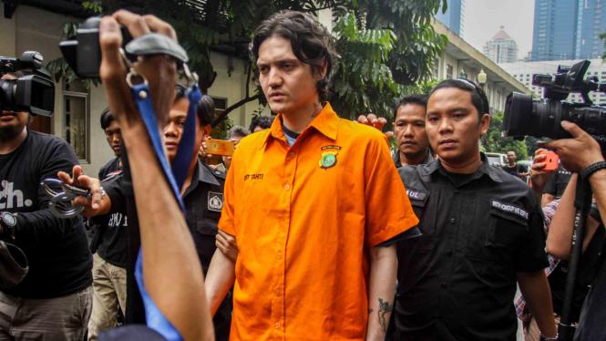 Tersangka kasus narkoba Ozzy Albar dihadirkan saat rilis kasus narkoba di Polda Metro Jaya