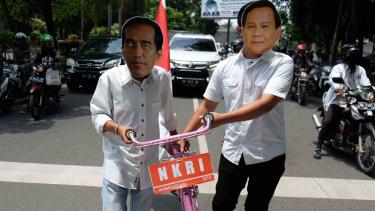 Topeng bergambar Bakal Calon Presiden Joko Widodo dan Prabowo Subianto di Medan