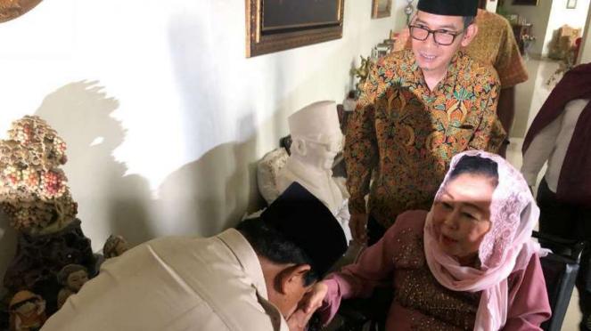 Prabowo Subiato mencium tangan istri Gus Dur Sinta Nuriyah Wahid