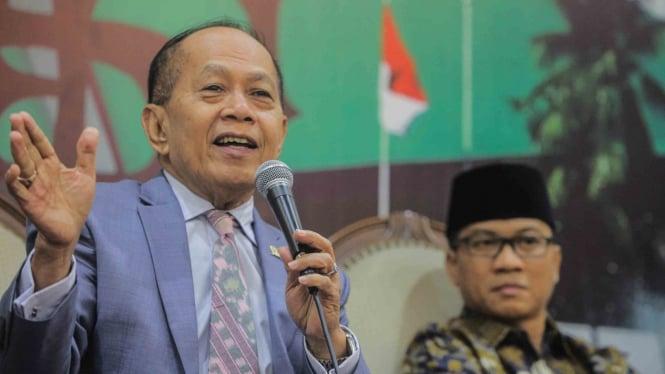 Wakil Ketua Umum Partai Demokrat Syarief Hasan (kiri) bersama Ketua DPP Partai Amanat Nasional (PAN), Yandri Susanto (kanan) memberikan paparan pada acara diskusi di Kompleks Parlemen, Senayan, Jakarta