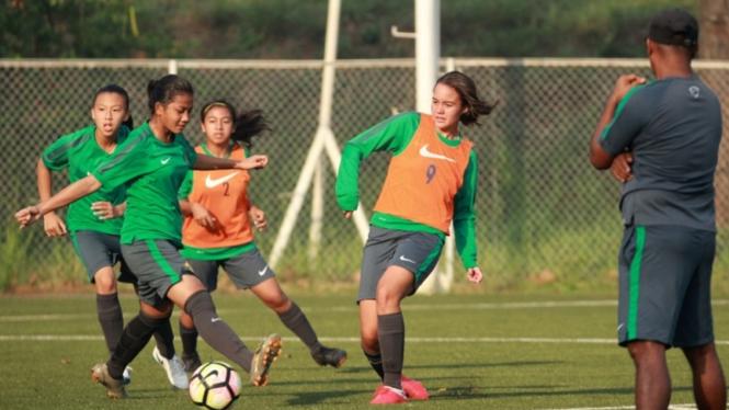 Pemain Timnas wanita Indonesia U-16 saat latihan