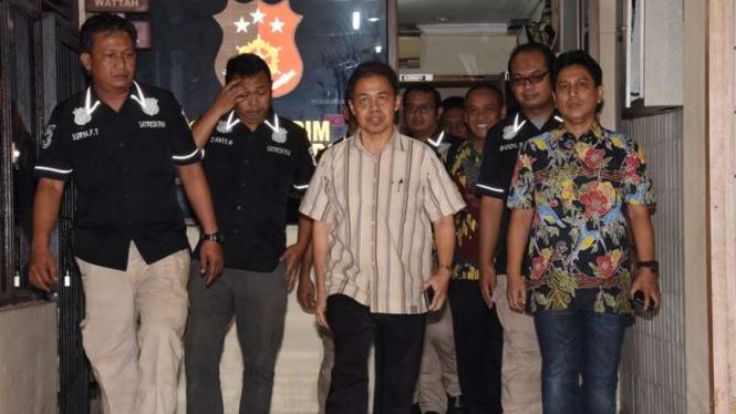 Mantan Wali Kota Depok Nur Mahmudi Ismail (tengah) di Polresta Depok
