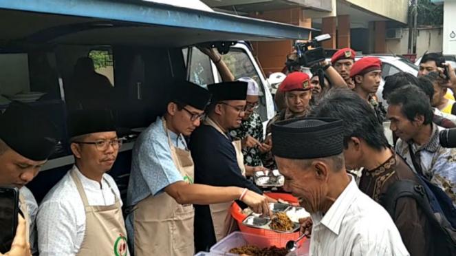 Bakal cawapres Sandiaga Uno ikut membagikan makanan kaum dhuafa