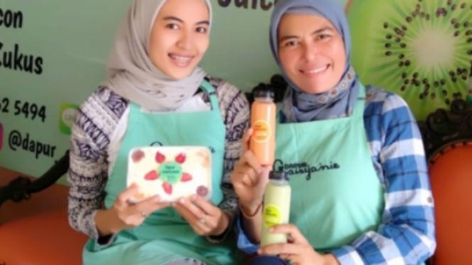 Ibu Siti dan putrinya yang sukses bisnis salad dari OK OCE