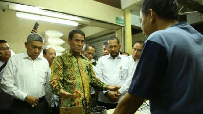 Menteri Pertanian (Mentan) Amran Sulaiman berbincang dengan pedagang beras.