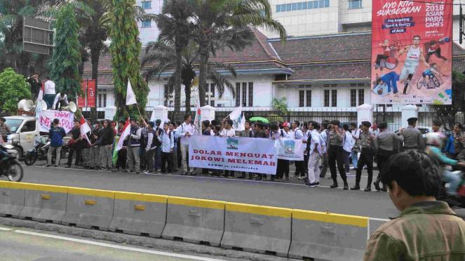 Aksi mahasiswa demo tuntut Jokowi lengser