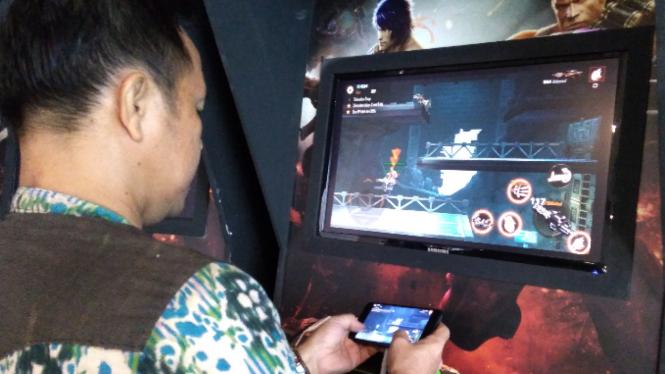 Memainkan game di mobile dan PC