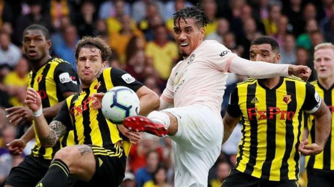 Bek Manchester United, Chris Smalling, mencetak gol ke gawang Watford