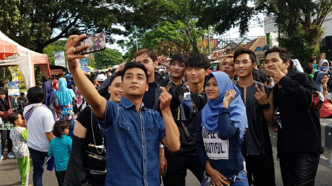 Selfie bareng cosplayer SuJu di CFD Pandaan, Jawa Timur