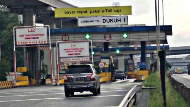 Gerbang Tol Dukuh I, di ruas Jalan Tol Outer Ring Road (JORR).