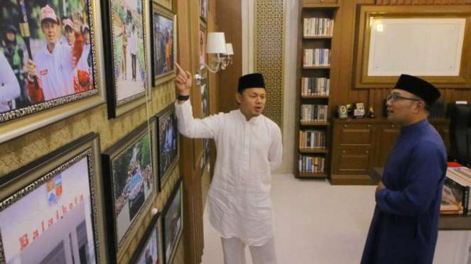 Gubernur Jawa Barat Ridwan Kamil (kanan) bersama Wali Kota Bogor Bima Arya.