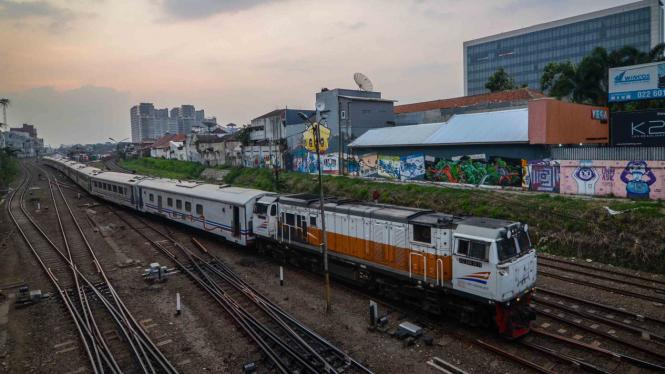 Kereta api memasuki Stasiun Bandung, Jawa Barat
