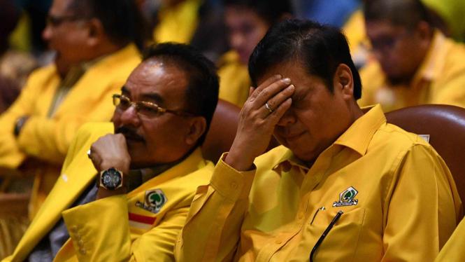 Ketua Umum Partai Golkar Airlangga Hartarto (kanan) didampingi Bendahara Umum Robert Joppy Kardinal menghadiri penutupan lokakarya Kampanye dan Bimbingan Teknis Sistem Dana Kampanye Pemilu 2019 Golkar di Jakarta