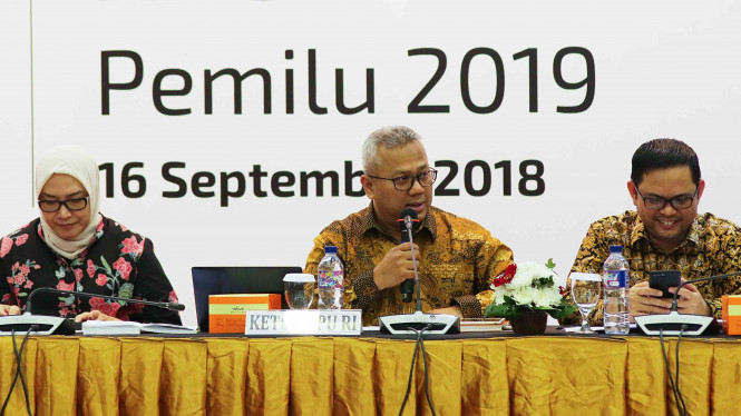 Ketua Komisi Pemilihan Umum (KPU), Arief Budiman (tengah)