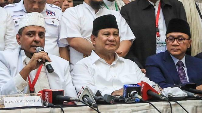 Ketua GNPF-Ulama Yusuf Muhammad Martak  (kiri) bersama Bakal calon presiden Prabowo Subianto (kedua kiri), Ketua Umum Partai Amanat Nasional Zulkifli Hasan (kedua kanan) memberikan keterangan pers dalam acara Ijtima Ulama I