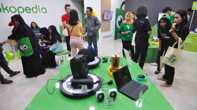 Pengunjung beraktivitas di Tokopedia Center yang telah resmi dibuka di Palu, Sulawesi Tengah.