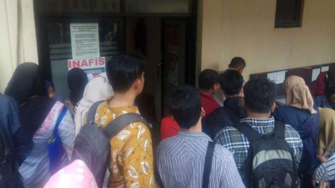 Warga membeludak mengurus SKCK di Polresta Depok, Selasa, 18 September 2018.