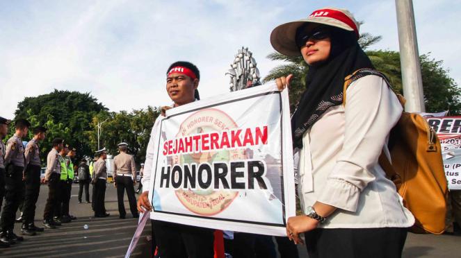 Sejumlah guru honorer melakukan unjuk rasa di depan Istana Merdeka, Jakarta