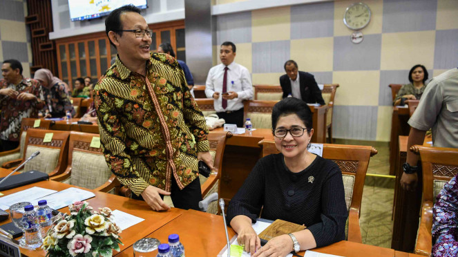 Menteri Kesehatan Nila Farid Moeloek (kanan) dan Dirut BPJS Kesehatan Fachmi Idris (kiri) bersiap mengikuti rapat kerja dengan Komisi IX DPR di Komplek Parlemen, Senayan, Jakarta