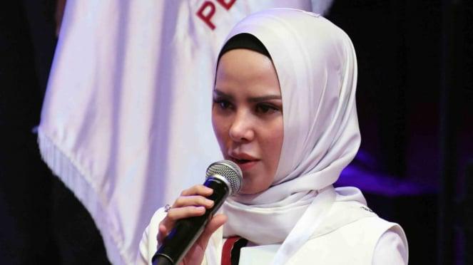 Artis Angel Lelga yang menjadi calon legislatif Partai Perindo menjawab pertanyaan sebelum mengikuti pembekalan bagi calon anggota legislatif oleh Presiden Joko Widodo di Jakarta