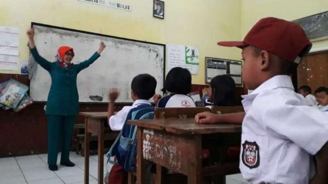 Tati Suhiati, guru honorer di SD Negeri Regol, Kelurahan Kota Kulon, Kecamatan Garut Kota, Kabupaten Garut, Jawa Barat, ketika mengajar anak-anak pada Rabu, 19 September 2018.