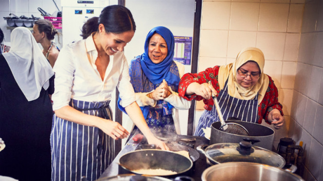 Meghan Markle bersama para anggota komunitas memasak.