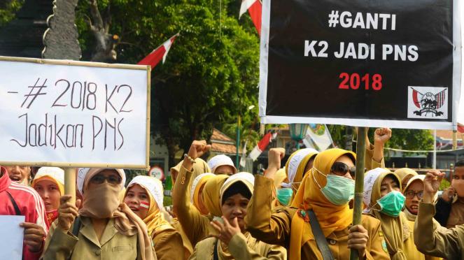 Sejumlah guru honorer yang tergabung dalam  Forum Komunikasi Honorer K2 (FKH-K2) berunjuk rasa di Kudus, Jawa Tengah