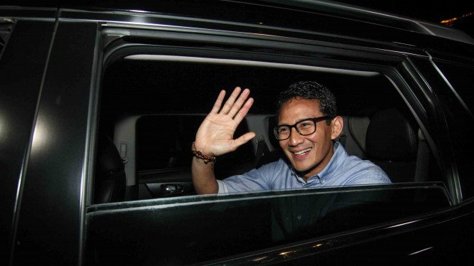 Calon Wakil Presiden Sandiaga Uno melambaikan tangan usai mengikuti pertemuan koalisi pengusung Prabowo-Sandi di kawasan Jalan Kertanegara, Jakarta