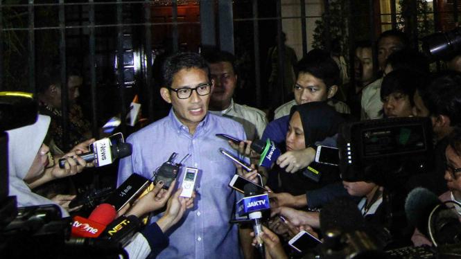 Bakal Calon Wakil Presiden Sandiaga Uno memberi keterangan kepada awak media usai mengikuti pertemuan koalisi pengusung Prabowo-Sandi di kawasan Jalan Kertanegara, Jakarta