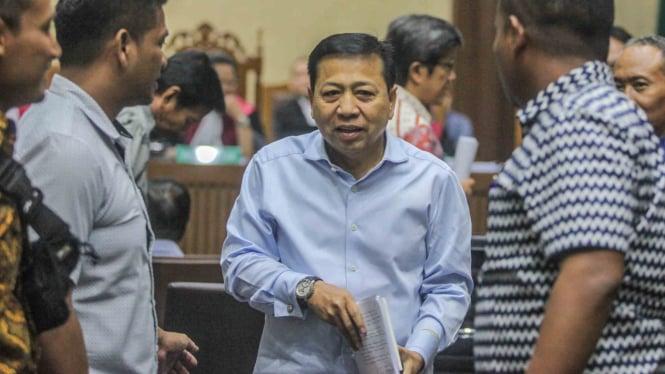 Mantan Ketua DPR Setya Novanto berjalan keluar usai mengikuti sidang di gedung Pengadilan Tipikor, Jakarta