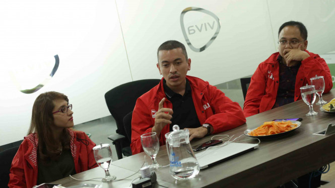 Calon Legistlatif Partai Solidaritas Indonesia (PSI) Rian Ernest (tengah) saat mengunjungi kantor VIVA di Jakarta, 19 September 2018.