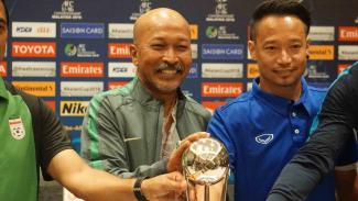 Pelatih Tim Nasional Indonesia, Fakhri Husaini (kiri)