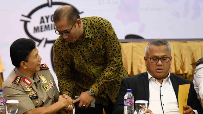 Ketua Komisi Pemilihan Umum Arief Budiman (kanan) bersama Wakapolri Komjen Pol Ari Dono Sukmanto (kiri) dan Komisioner KPU Hasyim Asyari (tengah) berbincang disela-sela konferensi pers penetapan dan pengamanan calon presiden- wakil presiden 2019 di Jakart