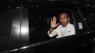 Calon Presiden Joko Widodo melambaikan tangan dari dalam mobil seusai menghadiri Pengundian dan Penetapan Nomor Urut Capres dan Cawapres Pemilu 2019 di Kantor KPU, Jakarta