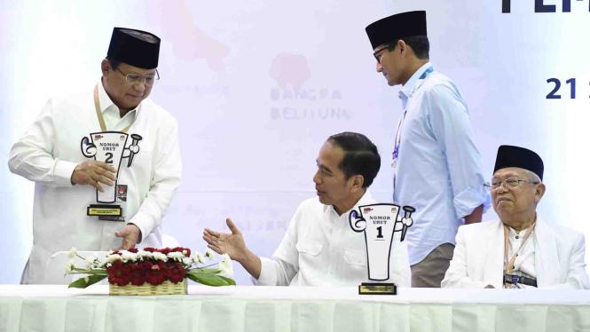 Pasangan calon presiden dan wapres, Joko Widodo (kedua kiri)-Ma'ruf Amin (kanan) dan Prabowo Subianto (kiri)-Sandiaga Uno (kedua kanan), menunjukkan nomor urut Pemilu Presiden 2019 usai pengundian di KPU, Jakarta