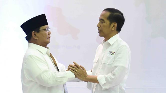 Capres Petahana Joko Widodo dan Capres Prabowo Subianto berjabat tangan di Kantor KPU di Jakarta beberapa waktu lalu.