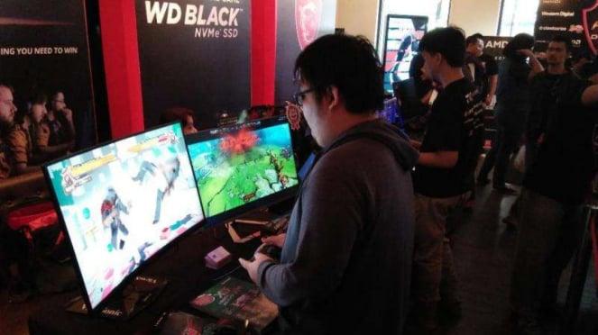 Beberapa gamer memainkan fighthing game