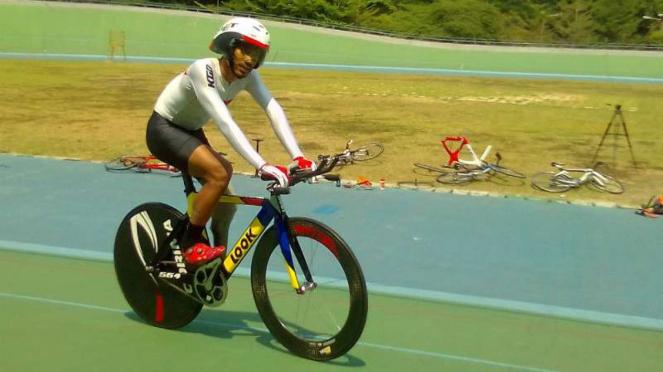 M Fadli bersama sepeda balapnya.