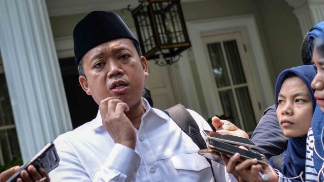 Inisiator Relawan Nusantara Nusron Wahid (kiri) memberikan keterangan pers seusai melakukan pertemuan tertutup dengan Calon Wakil Presiden nomor urut 01 Ma'ruf Amin di kawasan Menteng, Jakarta