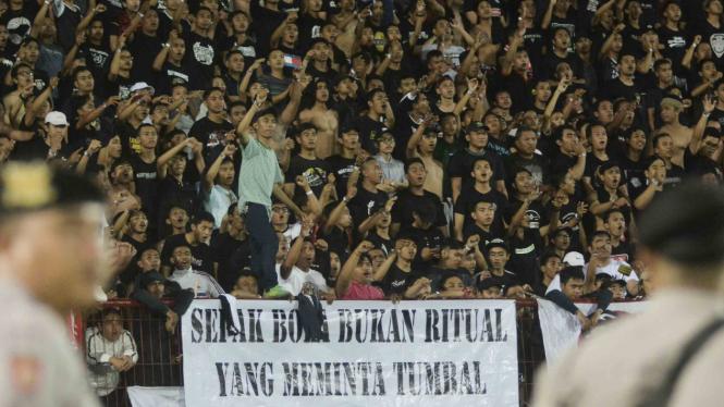 Suporter Bali United memberikan dukungan saat pertandingan Sepak Bola Liga 1 2018 Bali United melawan PS Tira di Stadion I Wayan Dipta, Gianyar, Bali